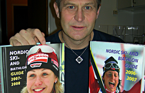 """KJELL-ERIK KRISTIANSEN med sine to utgaver av """"Nordic Ski- and Biathlon Guide""""."""