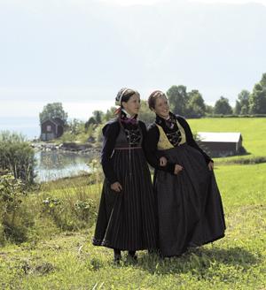 <br><i>To trøyekledde jenter fra Luster og Høyheimsvik. Det er store variasjonsmogelegheiter både når det gjeld farge og stoff i livet, forkledet og stakken</i>
