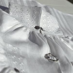 <br><i>Grunnsaumen på denne skjorta er kopiert frå ei halvskjorte frå De Heibergske Samlinger - Sogn folkemuseum i Kaupanger</i>