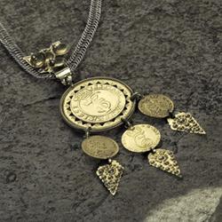 <br><i>Bruredalaren, eller Agnus Dei, som tyder Guds Lam, er ein mynt med tre mindre myntar under</i>