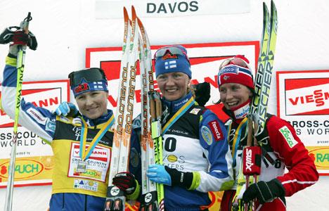 MARIT BJØRGEN kan bare titte på de to suverene finske jentene Virpi Kuitunen og Aino-Kaisa Saarinen på pallen i Davos.
