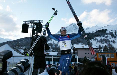 PÅ TOPPEN for første gang: Johan Olsson stråler blant Alpe-toppene i Davos.