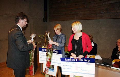 Agnetha Åsheim og Sara Svendsen får pris av ordfører Arild Hausberg