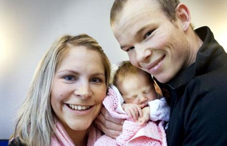 Kine Camilla Nymoen og Espen Harald Bjerke viser stolt frem sin førstefødte datter Sanna.