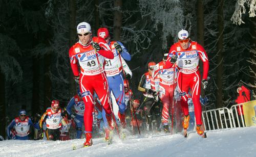 NORSKT I TETEN av det jagende feltet. Martin Johnsrud Sundby og Eldar Rønning drar hardt tidlig i løpet.