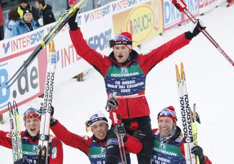 GULL: Tore Ruuud Hofstad, Eldar Rønning, Odd-Bjørn Hjelmeset kunne løfte Petter Northug påŒ gullstol etter stafetttriumfen påŒ stafetten under VM i Liberec i 2009.