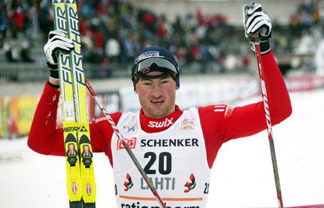 Petter Northug strekker hendene i været etter nok en seier.