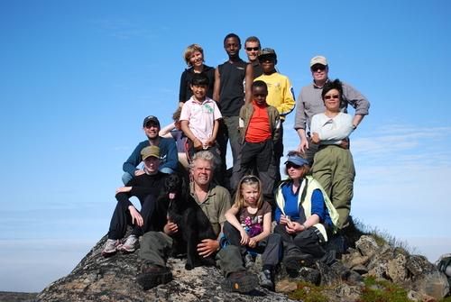 Bilde av 15 personer som besteg Øretoppen 5. august 2009